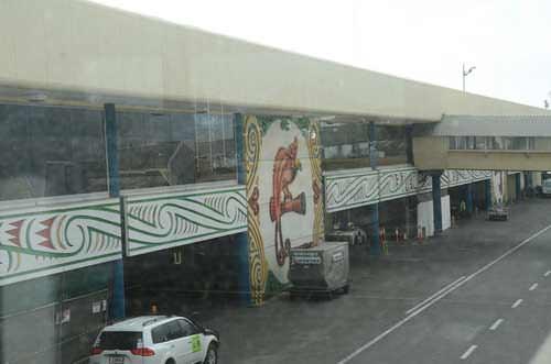Cendrawasih besar di bandara Port Moresby