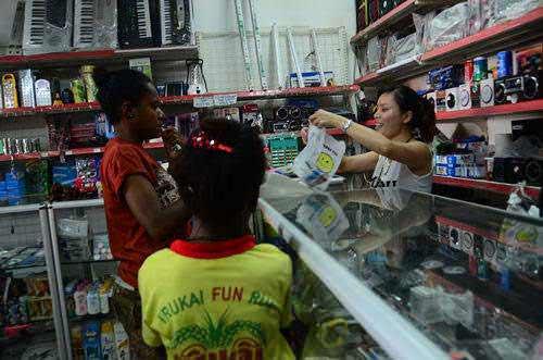 Xiao Yan melayani pembeli dengan bahasa Pidgin yang lumayan fasih