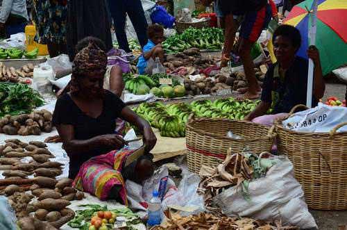 Kesibukan di pasar tradisional