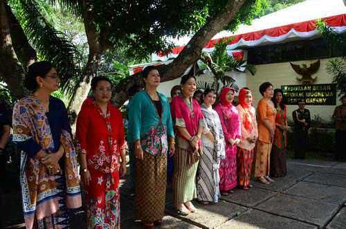 Photo: Para perempuan Indonesia berpakaian tradisional dalam upacara bendera