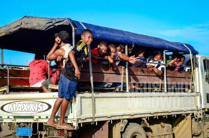 PMV (Public Motor Vehicle) adalah alat transportasi publik di Papua Nugini. Untuk jarak menengah dan jauh, bentuknya adalah bak belakang pik-up yang disulap jadi tempat penumpang (AGUSTINUS WIBOWO)