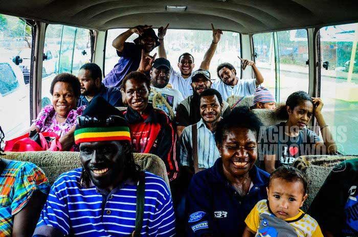 Suasana ceria di dalam sebuah PMV di Port Moresby. Hampir tidak ada orang asing yang menggunakan kendaraan umum di perkotaan Papua Nugini. (AGUSTINUS WIBOWO)