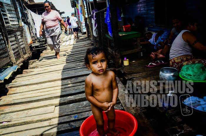 Mandi di jalanan perkampungan atas air Hanuabada (AGUSTINUS WIBOWO)