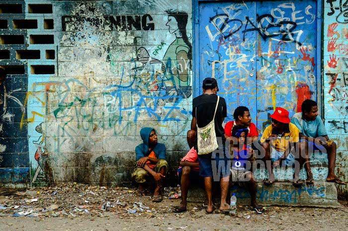 Pemandangan yang cukup mengintimidasi di Port Moresby adalah banyaknya orang yang duduk di pinggir jalan tanpa pekerjaan (AGUSTINUS WIBOWO)