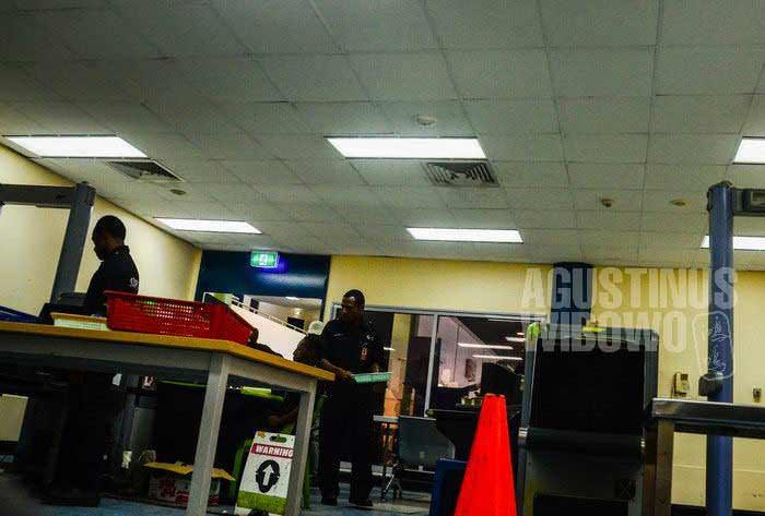 Penjagaan keamanan di bandara ini dilakukan oleh G4S, sebuah perusahaan swasta internasional. (AGUSTINUS WIBOWO)