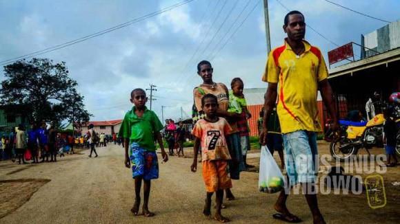 Jalanan Daru yang lengang dan para pejalan yang bersandal jepit atau telanjang kaki sama sekali (AGUSTINUS WIBOWO)
