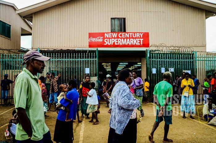 Supermarket dan toko-toko besar di Daru semuanya dimiliki orang China (AGUSTINUS WIBOWO)