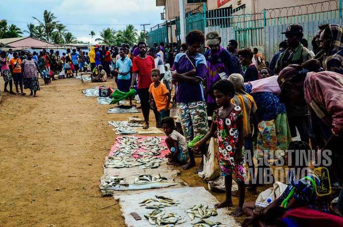 Penduduk lokal berdagang di pinggir jalan (AGUSTINUS WIBOWO)