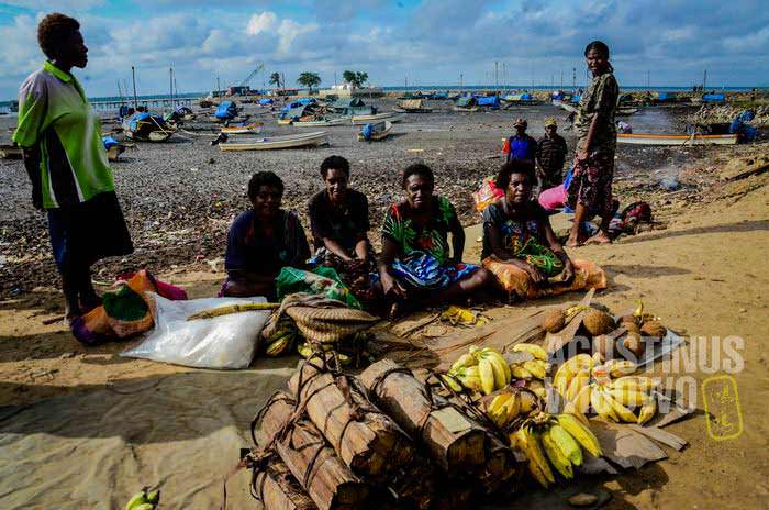 Di pelabuhan Daru, para nelayan pun mengelompok sesuai daerah asal dan bahasa masing-masing (AGUSTINUS WIBOWO)