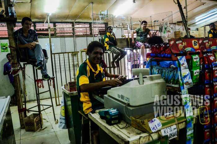 Para orang China pemiliki toko duduk dari ketinggian mengawasi anak buah dan pembeli (AGUSTINUS WIBOWO)