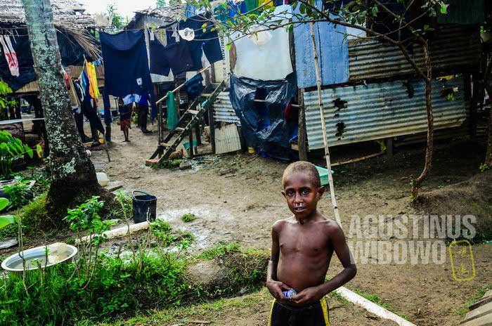 Sebuah permukiman kumuh (corner) di Daru, padat dihuni oleh orang-orang yang satu wantok (AGUSTINUS WIBOWO)