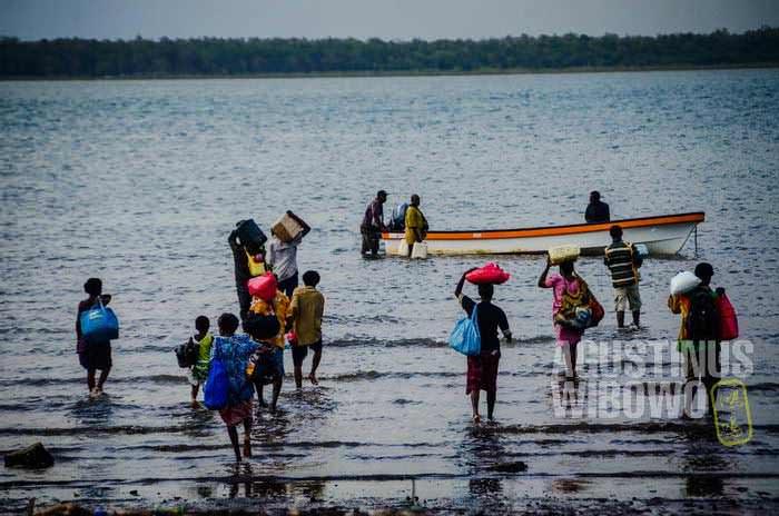 Orang-orang datang dan pergi di Daru selalu berombongan satu wantok, tidak pernah sendiri (AGUSTINUS WIBOWO)