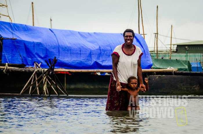 Para pendatang dari Sungai Fly bepergian dengan kano ke Daru. Kano kayu ini tidak sanggup digunakan untuk melintasi lautan pesisir selatan yang ganas. (AGUSTINUS WIBOWO)