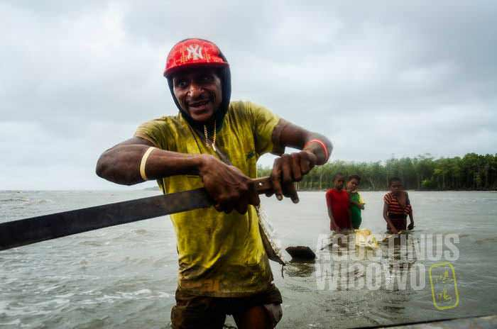 Nelayan Tureture membantu kami keluar dari jeratan jaring (AGUSTINUS WIBOWO)