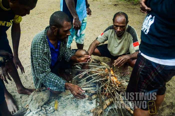 Beristirahat di pulau kecil di seberang Mabudauan (AGUSTINUS WIBOWO)