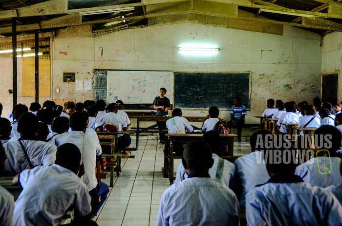 Berdiskusi tentang perbatasan bersama murid-murid kelas XI di Daru (AGUSTINUS WIBOWO)