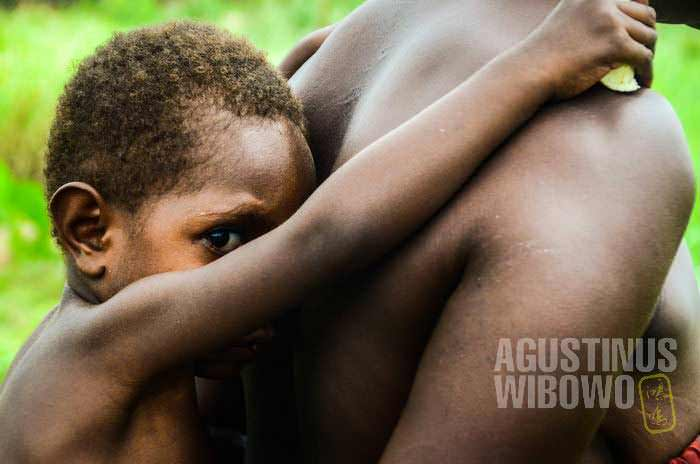 Berlindung di balik gendongan ibu (AGUSTINUS WIBOWO)