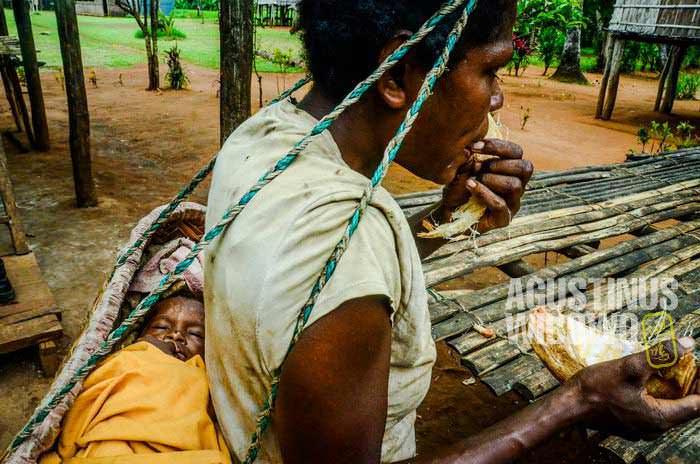 Seorang ibu Papua dengan anaknya (AGUSTINUS WIBOWO)