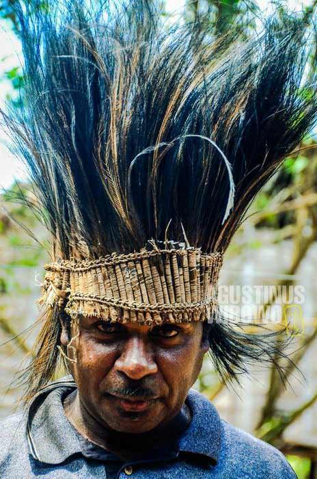 Topi bulu kasuari ini adalah salah satu barang sakral tradisional yang dilarang oleh pendeta misionaris (AGUSTINUS WIBOWO)