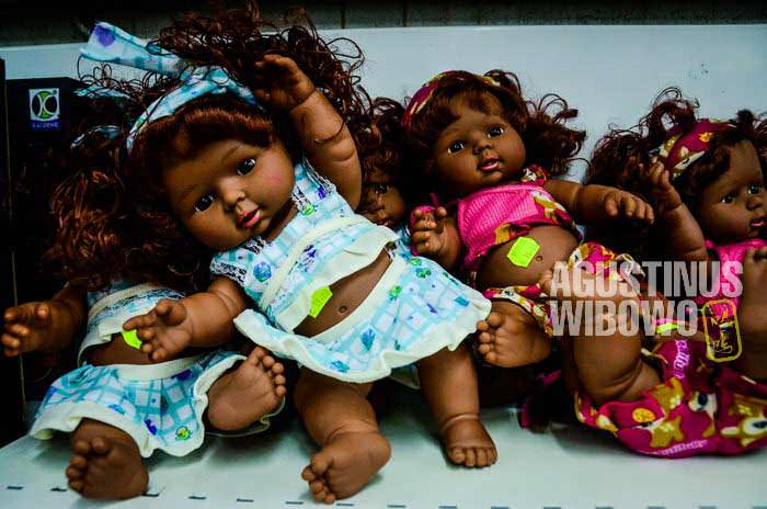 Boneka kulit hitam dijual di sebuah toko di Port Moresby (AGUSTINUS WIBOWO)