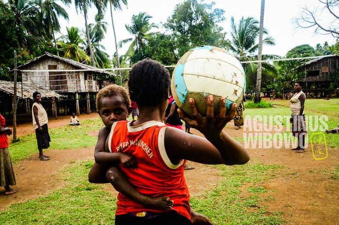 Permainan tradisional sudah mati di Tais, mereka kini bermain olahraga orang kulit putih (AGUSTINUS WIBOWO)