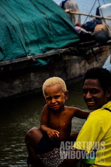 Para penduduk Sungai Fly yang berlabuh di Daru