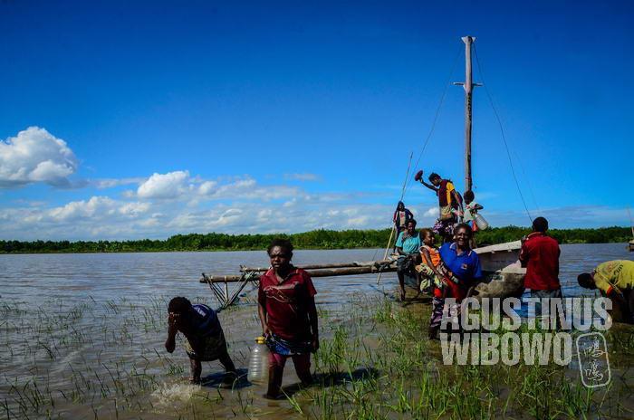 Pesisir sungai Lewada pun penuh lumpur sedalam lutut