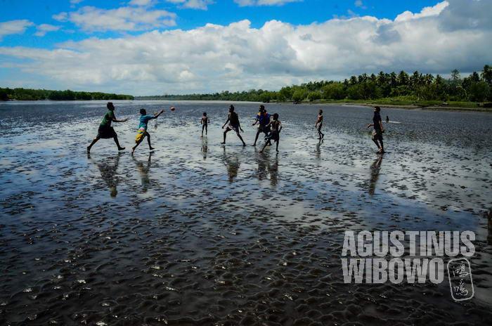 Sungai mengering, anak-anak bisa bermain rugby di dasar sungai