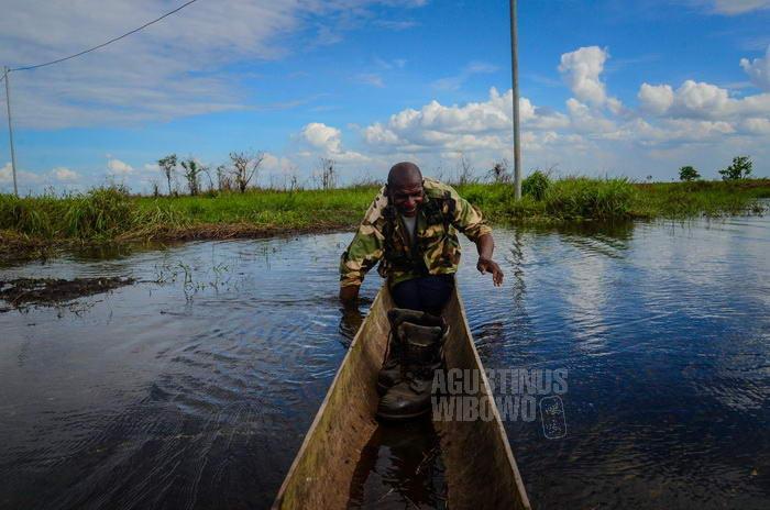 Karena tidak ada jembatan, mereka harus menyeberang antara Obo Lama dan Obo Baru dengan perahu.
