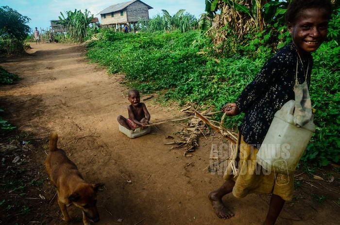 Di desa ini tidak ada sekolah. Anak-anak bermain sepanjang hari.