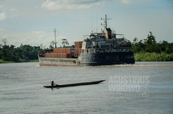 Kapal milik perusahaan pertambangan Ok Tedi melintasi Sungai Fly
