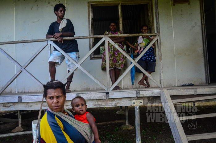 Para perempuan Kuem ini mengaku tidak berani menuntut kembali tanah mereka yang diduduki pengungsi OPM.