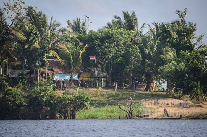 Karena ini sudah wilayah Indonesia, warga Papua Nugini yang tinggal di kamp di hutan ini diharuskan mengibarkan bendera Merah Putih.