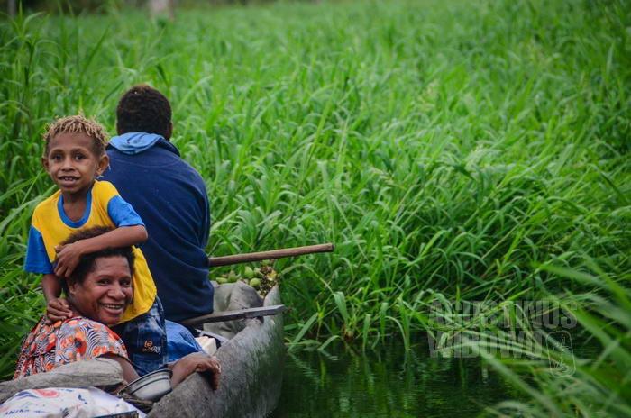 Di hari pasar, warga Papua Nugini berbondong-bondong ke Indonesia