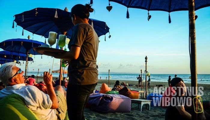 Penduduk lokal melayani turis asing (AGUSTINUS WIBOWO)