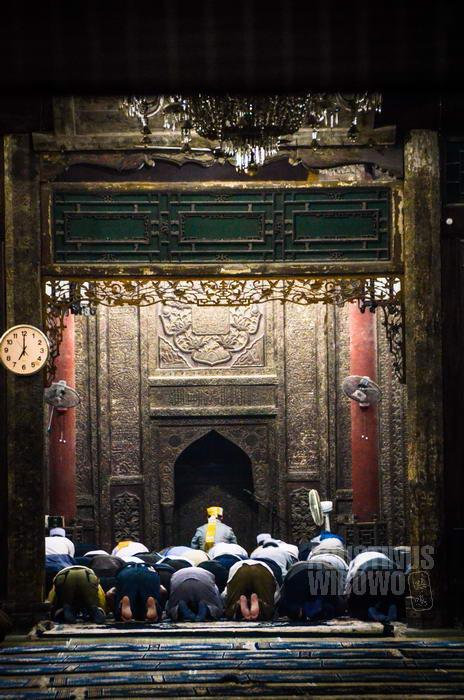 Islam masuk ke China juga melalui Jalur Sutra, baik jalur darat maupun laut