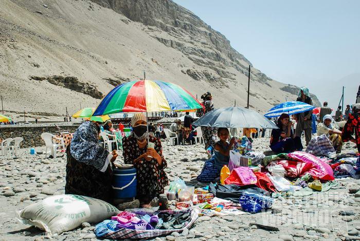 Para perempuan Tajik menjajakan barang dagangan mereka.