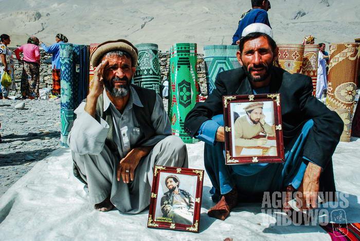 Para pedagang Afghan menjual foto pahlawan nasional Afghanistan etnik Tajik, Ahmad Shah Massoud.