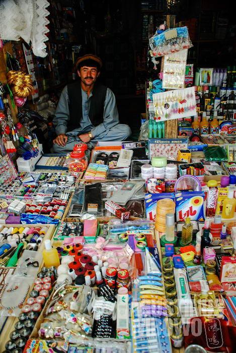 Sebuah toko di pasar Ishkashim Afghanistan yang dibanjiri berbagai produk.