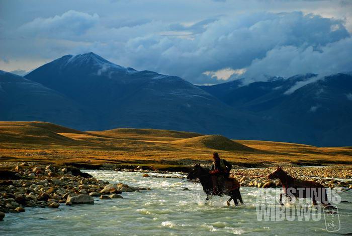 Perjalanan di Pamir harus melintasi berbagai jeram dan jurang.