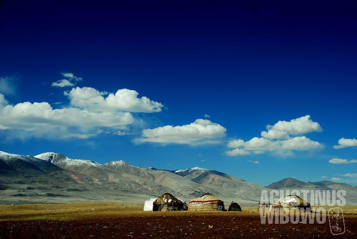 Bangsa gembala Kirgiz tinggal di dalam kemah yurt.