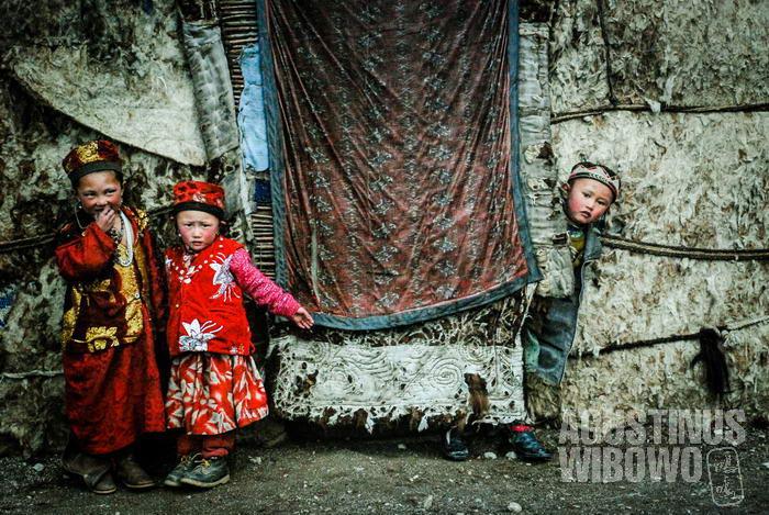 Para bocah Kirgiz di tenda mereka.