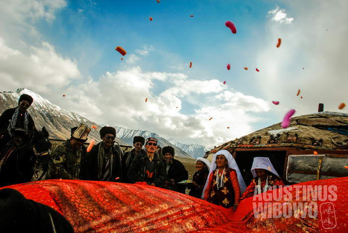 Merayakan pernikahan yang manisnya dilambangkan dengan taburan gula-gula.