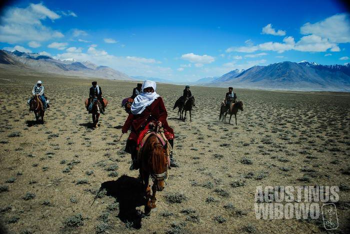 Karavan melintasi jalanan menuju Pamir yang sangat berbahaya
