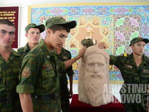 Para tentara Tajikistan memberikan penghormatan kepada Rudaki, sang pujangga pahlawan nasional.