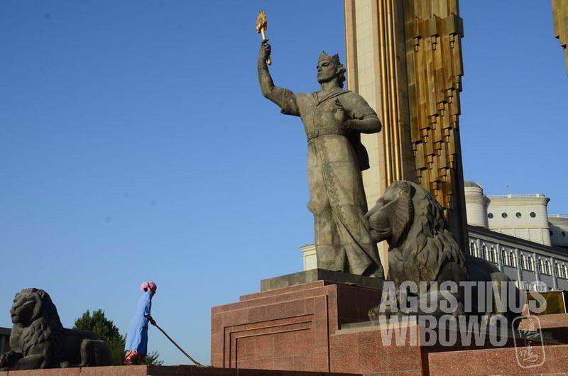 Patung Ismail Somoni bertaburan di seluruh negeri.