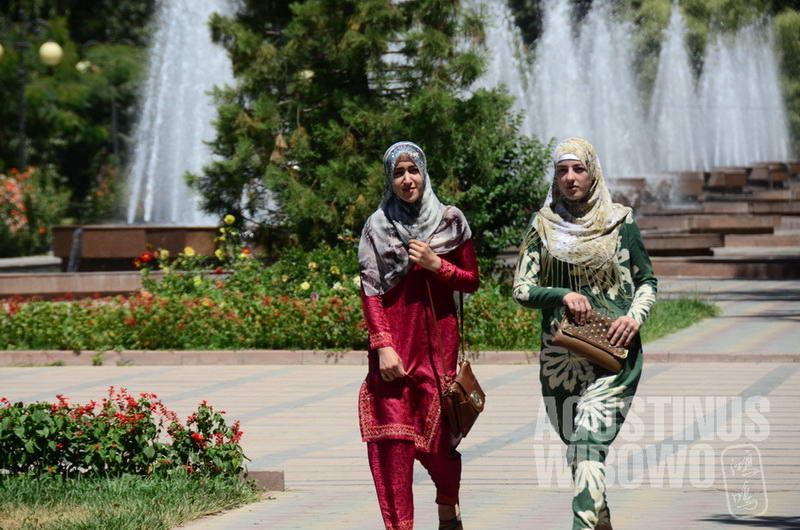 Tajikistan adalah negara Asia Tengah yang paling cepat menjadikan Islam sebagai identitas baru pasca-Soviet.
