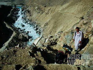 Sungai Amu Darya, selebar 20 meter, memisahkan Afghanistan dan Tajikistan di kedua sisinya seabad jauhnya.