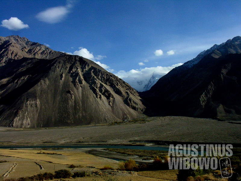 Sungai Amu membelah Lembah Wakhan menjadi dua negeri berbeda.
