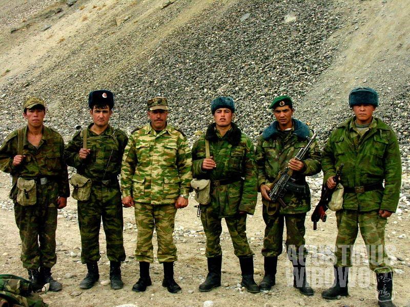 Tentara perbatasan Tajik harus berpatroli di medan berat untuk mengamankan perbatasan dengan Afghanistan.